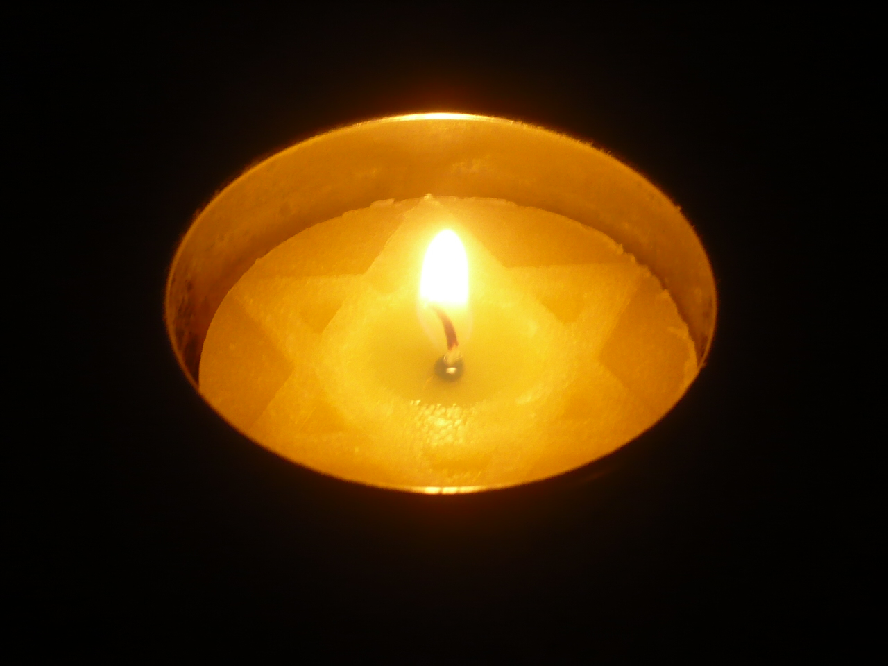 Foto: Valley2city (CC BY-SA 3.0, http://en.wikipedia.org/wiki/Yahrzeit_candle#/media/File:Yom_Hashoah_candle.jpg)